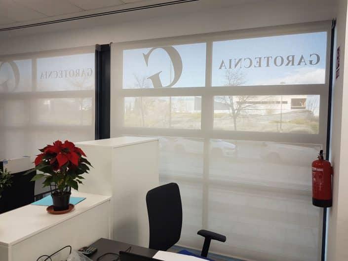 Estor enrollable blanco para oficinas en Madrid