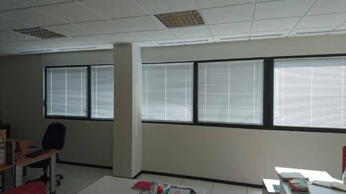 venecianas blancas en oficina